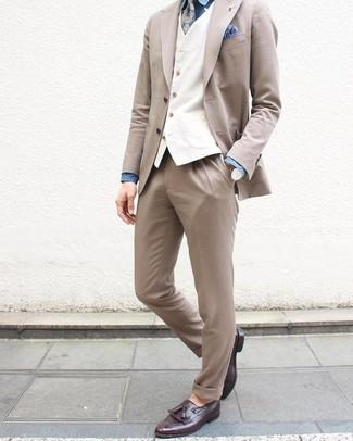 Comment porter: costume beige, gilet blanc, chemise de ville en chambray bleue, mocassins à pampilles en cuir pourpre foncé