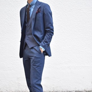 Comment porter: costume à rayures verticales bleu marine, gilet bleu marine, chemise de ville en chambray bleue, cravate marron foncé