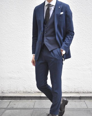 Comment porter: costume à rayures verticales bleu marine, gilet bleu marine, chemise de ville blanche, chaussures derby en cuir noires