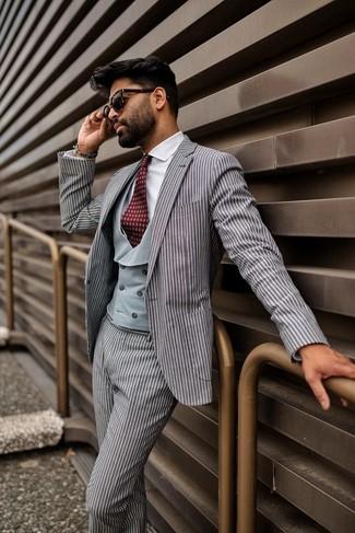 Comment porter: costume à rayures verticales gris, gilet gris, chemise de ville blanche, cravate imprimée bordeaux