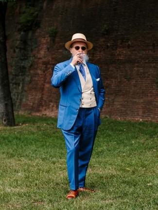 Comment porter: costume bleu, gilet beige, chemise de ville blanche, chaussures richelieu en cuir marron