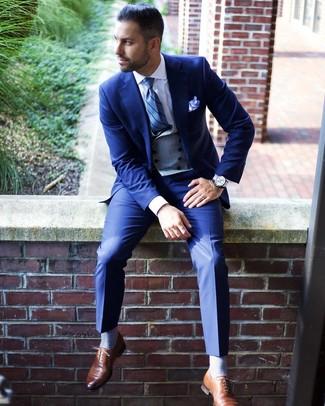 Comment porter un costume bleu: Choisis un costume bleu et un gilet gris pour une silhouette classique et raffinée. Mélange les styles en portant une paire de des chaussures richelieu en cuir marron.