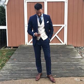 Comment porter: costume bleu marine, gilet beige, chemise de ville bleu clair, chaussures richelieu en cuir marron