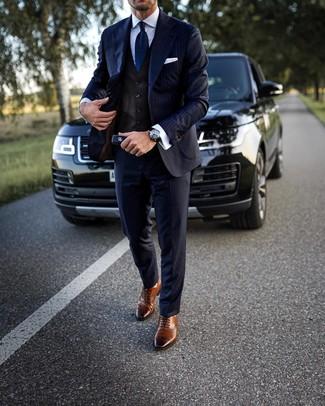 Comment porter: costume à rayures verticales bleu marine, gilet marron foncé, chemise de ville blanche, chaussures brogues en cuir marron