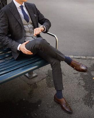 Comment porter des chaussettes á pois bleu marine en automne: Pense à marier un costume écossais marron foncé avec des chaussettes á pois bleu marine pour un déjeuner le dimanche entre amis. Jouez la carte classique pour les chaussures et complète cet ensemble avec une paire de des double monks en cuir marron. Nous aimons ce look, tellement automnale.