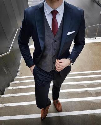Comment porter: costume bleu marine, gilet gris foncé, chemise de ville blanche, chaussures derby en cuir marron