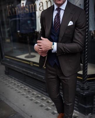 Comment porter: costume marron foncé, gilet bleu marine, chemise de ville blanche, chaussures richelieu en cuir marron