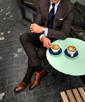 Comment porter: costume à carreaux marron foncé, gilet bleu marine, chemise de ville blanche, chaussures brogues en cuir marron