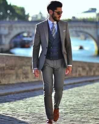 Comment porter un costume gris: Choisis un costume gris et un gilet bleu marine pour un look pointu et élégant. Pourquoi ne pas ajouter une paire de des double monks en cuir tabac à l'ensemble pour une allure plus décontractée?