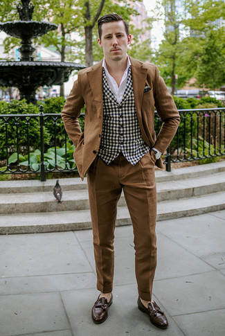 Comment s'habiller en automne: Associe un costume marron avec un gilet en vichy noir et blanc pour un look classique et élégant. Si tu veux éviter un look trop formel, opte pour une paire de des mocassins à pampilles en cuir marron foncé. Ce look est un parfait exemple de la tenue bien automnale.
