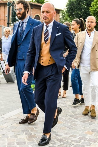 Comment porter une pochette de costume en soie blanche: Essaie de marier un costume en laine bleu marine avec une pochette de costume en soie blanche pour obtenir un look relax mais stylé. Jouez la carte classique pour les chaussures et choisis une paire de des mocassins à pampilles en cuir noirs.