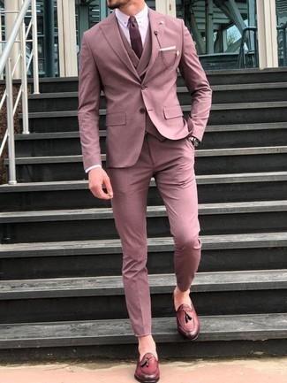 Comment porter une montre en cuir beige: Pense à porter un costume rose et une montre en cuir beige pour une tenue idéale le week-end. Fais d'une paire de des mocassins à pampilles en cuir bordeaux ton choix de souliers pour afficher ton expertise vestimentaire.
