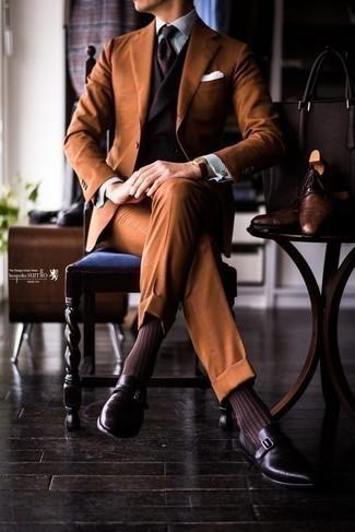 Comment porter un costume tabac: Essaie d'harmoniser un costume tabac avec un gilet marron foncé pour un look pointu et élégant. Tu veux y aller doucement avec les chaussures? Termine ce look avec une paire de des monks en cuir pourpre foncé pour la journée.