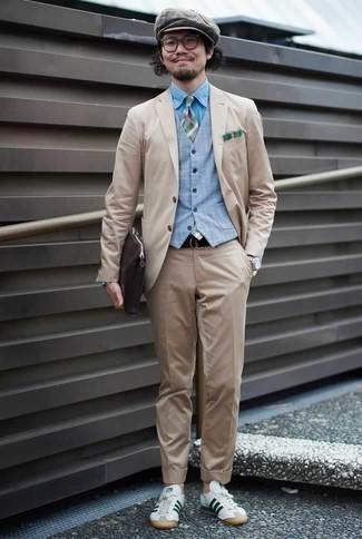 Comment porter une pochette en cuir marron foncé: Associe un costume beige avec une pochette en cuir marron foncé pour une tenue confortable aussi composée avec goût. Cet ensemble est parfait avec une paire de des baskets basses en cuir blanc et vert.