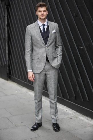Comment porter un costume écossais gris: Associe un costume écossais gris avec un gilet bleu marine pour une silhouette classique et raffinée. Jouez la carte décontractée pour les chaussures et fais d'une paire de des monks en cuir noirs ton choix de souliers.