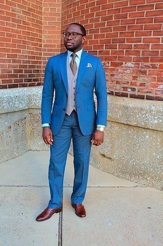 Tendances mode hommes: Quelque chose d'aussi simple que d'opter pour un costume bleu et un gilet beige peut te démarquer de la foule. Décoince cette tenue avec une paire de des double monks en cuir tabac.