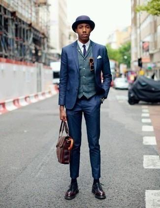 Comment porter une cravate bleu marine: L'association d'un costume bleu marine et d'une cravate bleu marine peut te démarquer de la foule. Si tu veux éviter un look trop formel, termine ce look avec une paire de des chaussures derby en cuir bordeaux.