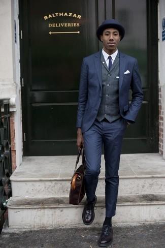 Comment porter une cravate bleu marine: Essaie d'harmoniser un costume bleu marine avec une cravate bleu marine pour un look classique et élégant. Si tu veux éviter un look trop formel, fais d'une paire de des chaussures brogues en cuir bordeaux ton choix de souliers.