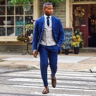 Comment s'habiller à 20 ans: Essaie d'harmoniser un costume bleu marine avec un gilet écossais gris pour dégager classe et sophistication. Pourquoi ne pas ajouter une paire de slippers en cuir marron à l'ensemble pour une allure plus décontractée?
