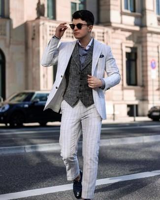 Tendances mode hommes: Quelque chose d'aussi simple que d'opter pour un costume à rayures verticales blanc et un gilet en laine en pied-de-poule gris foncé peut te démarquer de la foule.