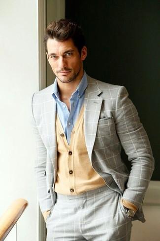 Comment porter: costume à carreaux gris, cardigan marron clair, chemise de ville bleu clair, montre en cuir marron foncé