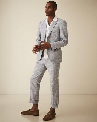 Comment porter une chemise à manches courtes blanche: Porte une chemise à manches courtes blanche et un costume gris pour un look classique et élégant. Jouez la carte classique pour les chaussures et termine ce look avec une paire de des slippers en daim marron.