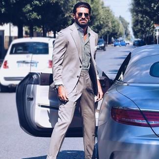 Comment porter: costume gris, chemise à manches longues á pois blanche et noire, lunettes de soleil noires