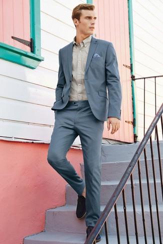 Comment porter: costume gris, chemise à manches longues beige, mocassins à pampilles en daim noirs, pochette de costume bleu clair