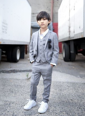 Comment porter: costume gris, chemise à manches longues blanche, baskets blanches, lunettes de soleil noires