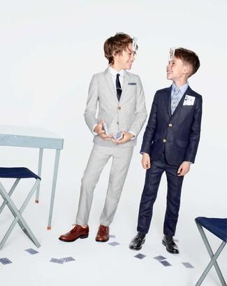 Comment porter: costume gris, chemise à manches longues blanche, chaussures richelieu marron, cravate noire