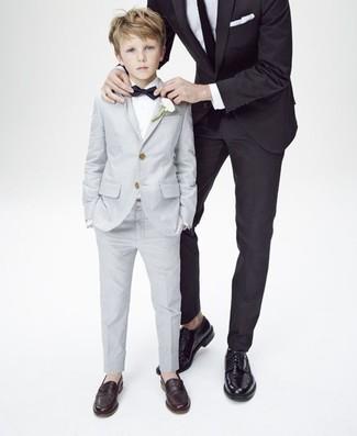 Comment porter: costume gris, chemise à manches longues blanche, slippers marron foncé, nœud papillon noir