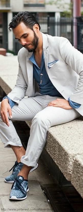 Comment porter: costume gris, chemise à manches longues bleue, chaussures de sport bleues, pochette de costume blanche