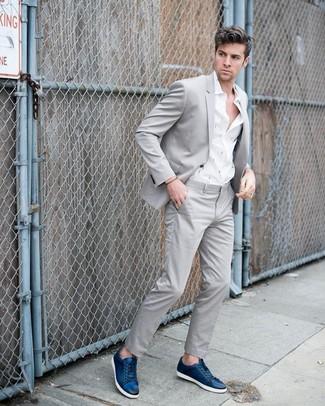 Comment porter: costume gris, chemise à manches longues imprimée blanche, baskets basses en cuir bleu marine
