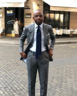Comment porter: costume gris, chemise de ville à rayures verticales bleu clair, cravate bleu marine