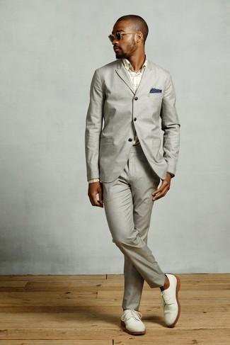 Comment porter: costume gris, chemise de ville écossaise beige, chaussures derby en daim blanches, pochette de costume imprimée bleu marine