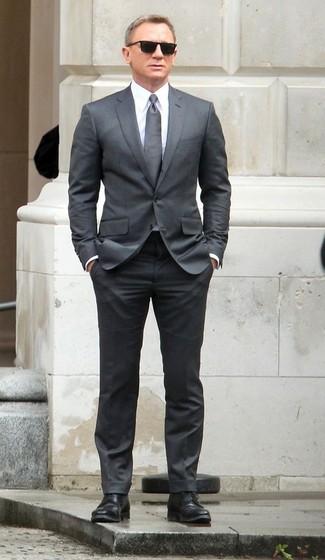 Tenue de Daniel Craig: Costume gris, Chemise de ville blanche, Chaussures derby en cuir noires, Cravate grise