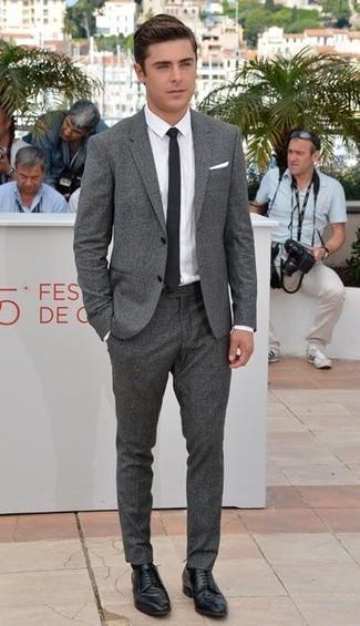 Comment porter: costume en laine gris, chemise de ville blanche, chaussures derby en cuir noires, cravate noire