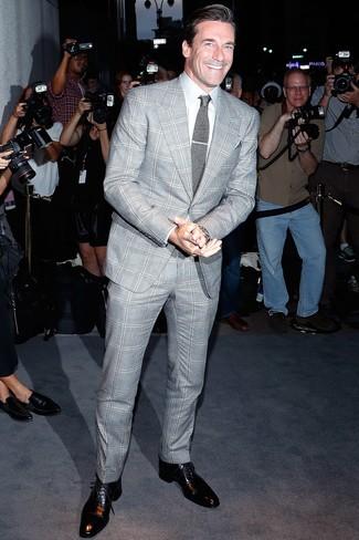Comment porter: costume écossais gris, chemise de ville blanche, chaussures richelieu en cuir noires, cravate en tricot grise