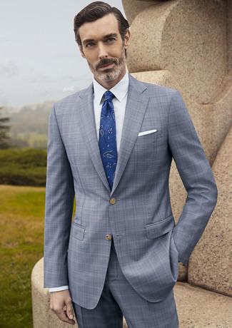 Comment porter: costume écossais gris, chemise de ville blanche, cravate imprimée cachemire bleue, pochette de costume blanche
