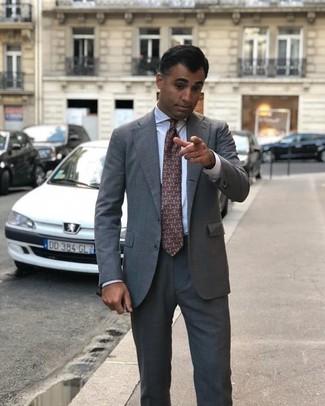 Comment porter: costume gris, chemise de ville blanche, cravate imprimée marron foncé