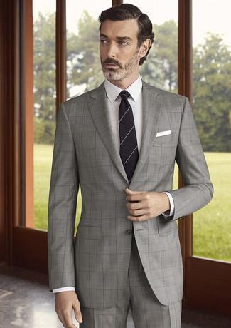 Comment porter: costume à carreaux gris, chemise de ville blanche, cravate à rayures horizontales noire, pochette de costume blanche