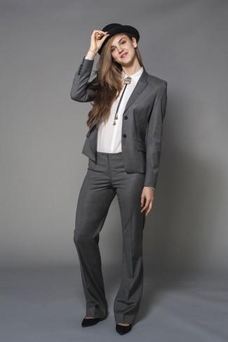 Associe une chemise de ville blanche avec un costume pour un look pointu et élégant. D'une humeur audacieuse? Complète ta tenue avec une paire de des escarpins en daim noirs.