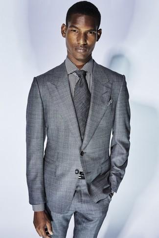 Comment porter: costume gris, chemise de ville en pied-de-poule blanche et noire, cravate gris foncé, pochette de costume en pied-de-poule noire et blanche