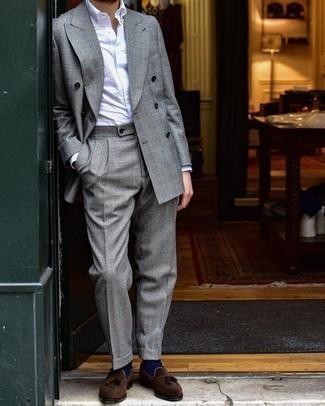 Comment porter un costume écossais gris: Associer un costume écossais gris et une chemise de ville blanche créera un look pointu et élégant. Une paire de des mocassins à pampilles en daim marron foncé est une option judicieux pour complèter cette tenue.