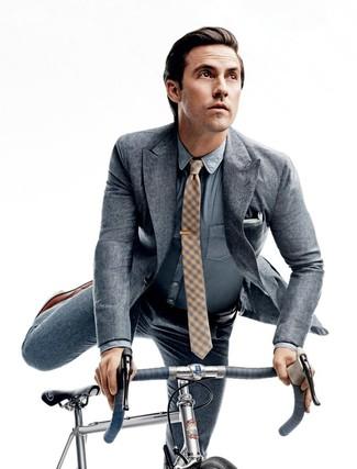 Comment porter: costume gris, chemise de ville en chambray bleu clair, chaussures richelieu en cuir marron, cravate à carreaux jaune