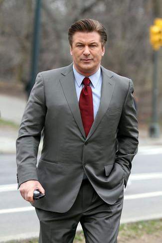 Comment porter: costume gris, chemise de ville bleu clair, cravate bordeaux