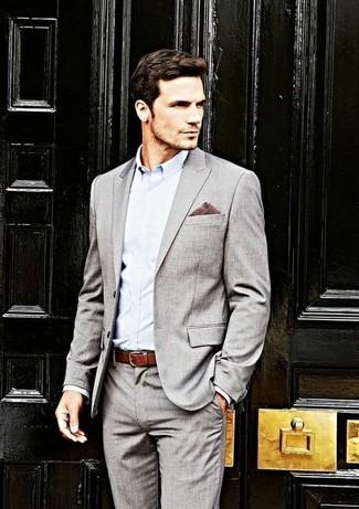 Tenue  Costume gris, Chemise de ville bleu clair, Pochette de costume en  vichy bordeaux, Ceinture en cuir bordeaux   Mode hommes   Lookastic France 98eaf395c04