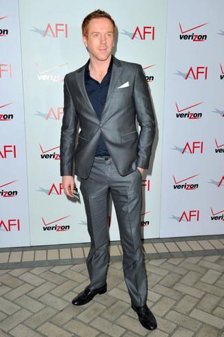 Comment porter: costume gris, chemise de ville bleu marine, chaussures brogues en cuir noires, pochette de costume blanche