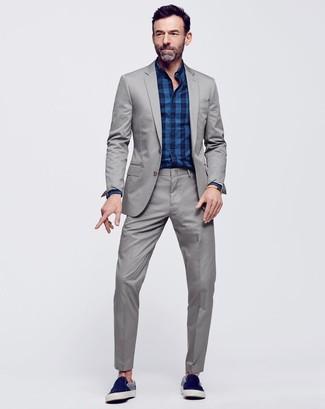 Comment porter: costume gris, chemise de ville écossaise bleu marine, baskets à enfiler en daim bleu marine