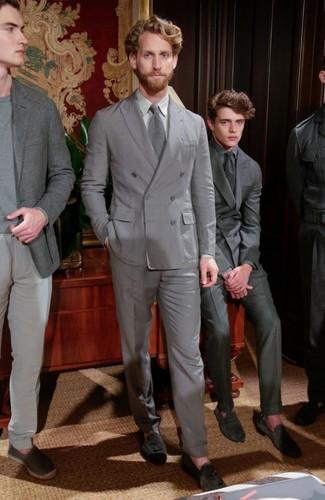 Comment porter: costume gris, chemise de ville grise, mocassins à pampilles en daim gris foncé, cravate en tricot grise